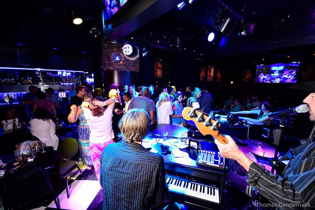 DUEL Novi Dueling Piano Bar